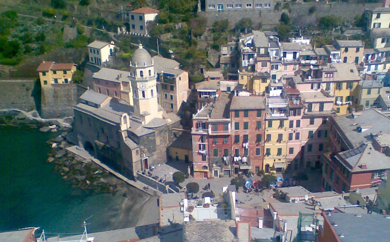 Udsigt fra Castello Doria over Piazza Marconi og sognekirken Santa Margherita di Antiochia, Vernazza, Cinque Terre, Ligurien.